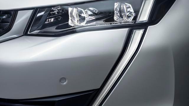 Nouvelle berline PEUGEOT 508, nouvelle signature lumineuse identitaire de la Marque PEUGEOT, projecteurs Full LED avec correction automatique de site