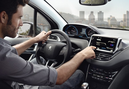 Design int rieur peugeot 2008 crossover le v hicule for Interieur peugeot 2008