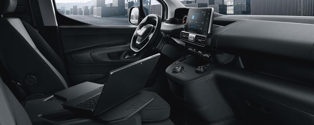 Le PEUGEOT i-Cockpit en association avec la banquette Multi-Flex transforme le nouveau PEUGEOT Partner en un véritable bureau mobile.