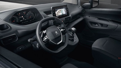 De série, le PEUGEOT i-Cockpît est désormais aussi accessible aux véhicules utilitaires.