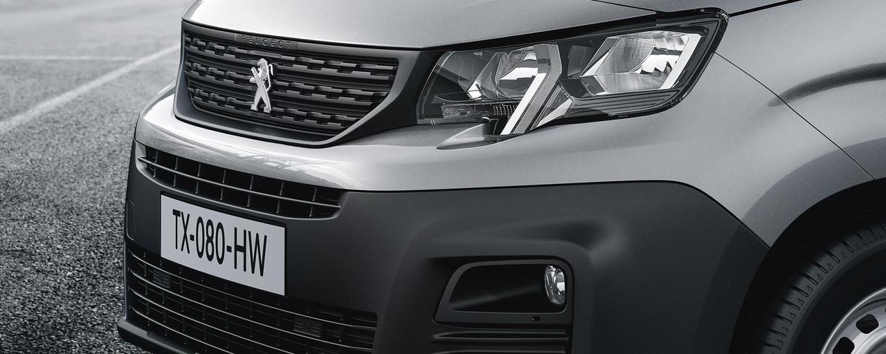 La nouvelle identité du nouveau PEUGEOT Partner se traduit par une face avant puissante avec un capot court, un nouveau dessin de calandre et un parebrise verticalisés, des projecteurs avec dent chromée intégrée.