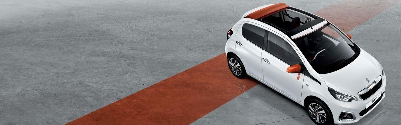 Peugeot 108 TOP! Roland Garros: avec toujours autant d'équipements de série, cette citadine découvrable marque le style Roland-Garros dans la gamme PEUGEOT et interpelle par sa mode.
