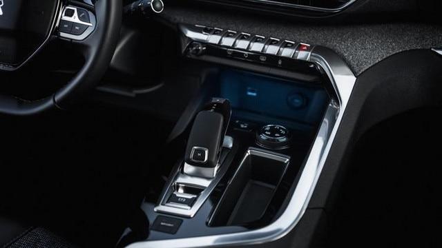 Nouveau SUV PEUGEOT 5008 : Chrome dans l'habitacle