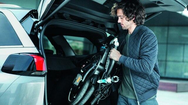 Nouveau SUV PEUGEOT 5008 : Vélo pliant rechargeable dans le coffre